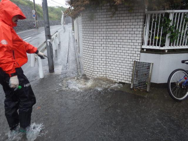 排水しきれない雨水が噴き出す側溝