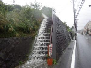 旧IHI社宅からあふれ出す雨水3